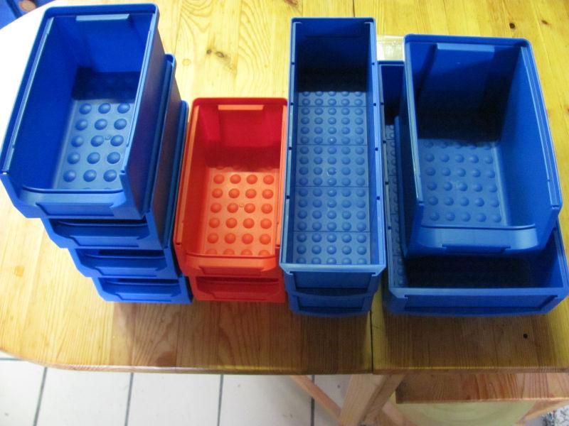 Lagerboxen gestapelt