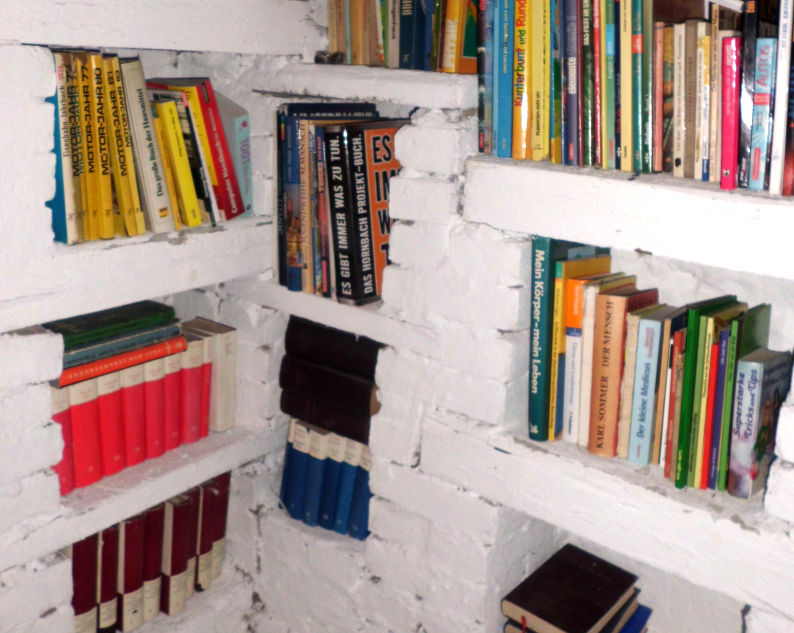 Gartenhaus Bücherregal