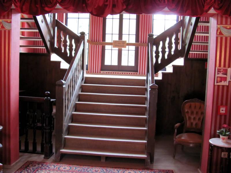 Große Holztreppe